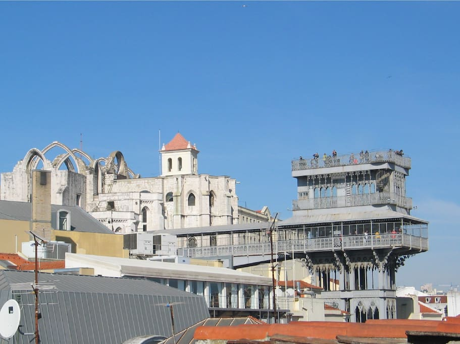 You will love its glamorous views over the Santa Justa lift, the Carmo Convent and downtown's vibrant rooftops