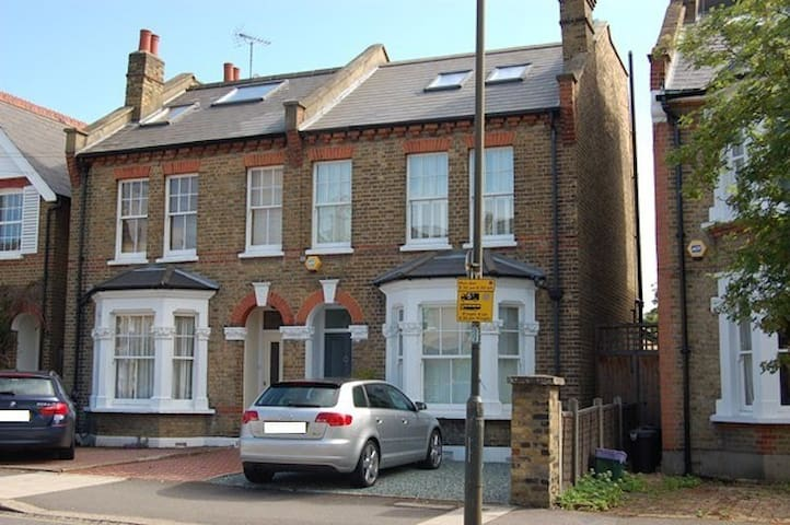 Large airy ensuite room in town - London