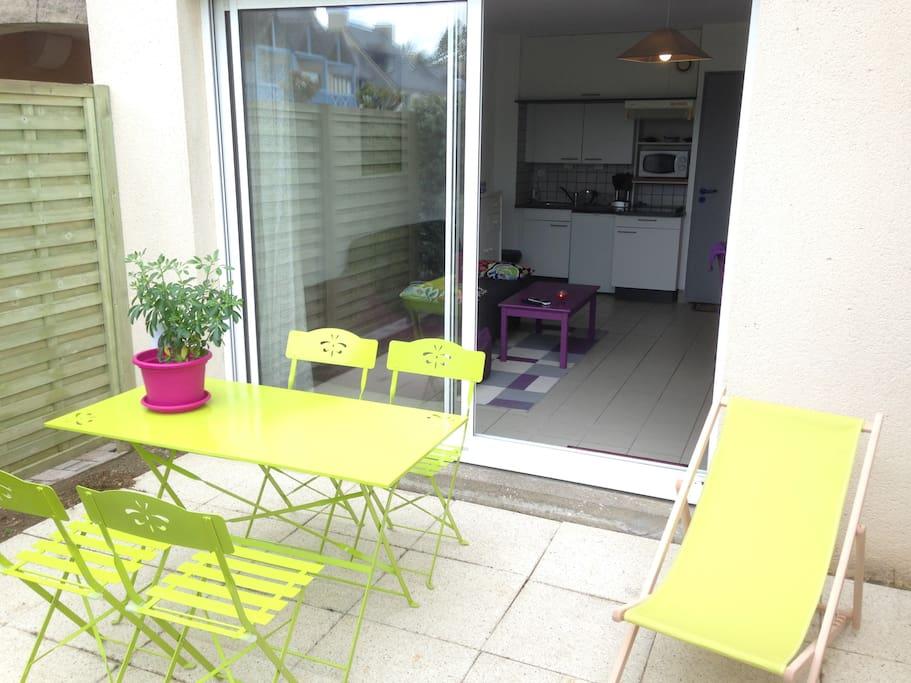 Terrasse avec 2 transats et salon de jardin