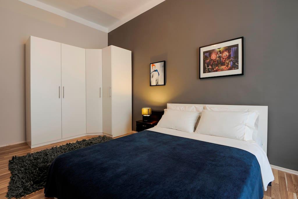 Double bedroom city view queen size bed