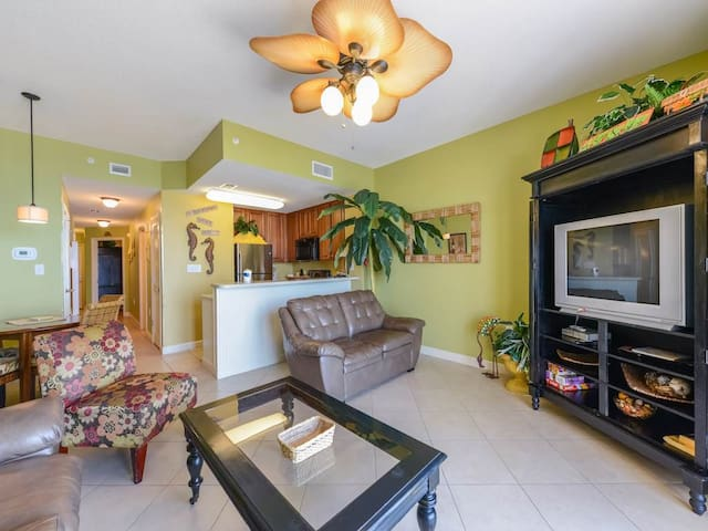 Charming Gulf-front condo, Beach set-up included, Free Wi-Fi, On-site pool and hot tub