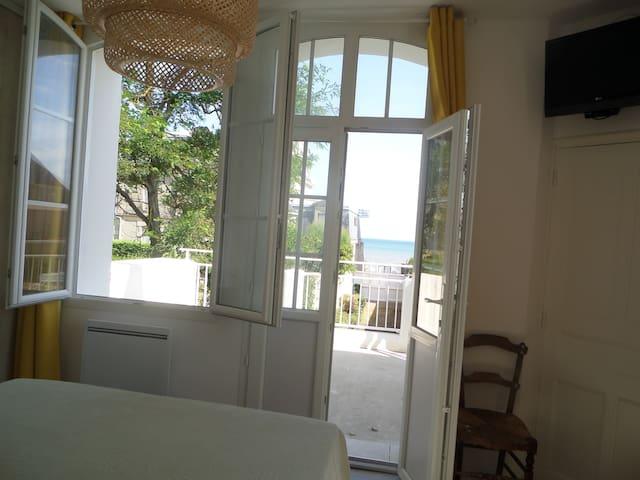 Chambre vue sur mer avec terrasse privative