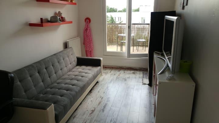 Chambre avec canapé lit et terrasse