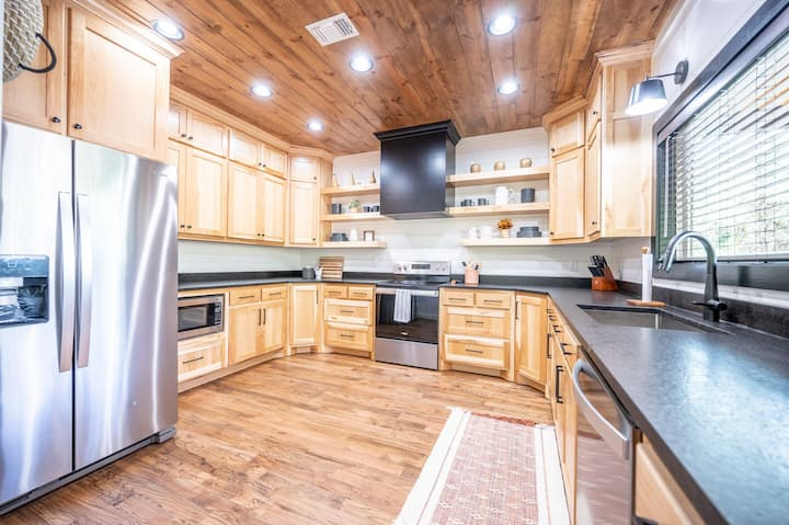 Barely Camping! King w/sleeper; Romantic Luxury; Hot Tub; Fireplace; Pool Table