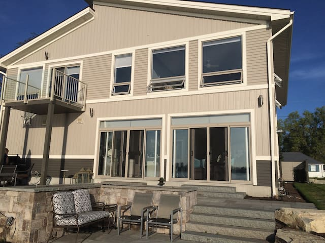 Luxury living on the Bay of Quinte