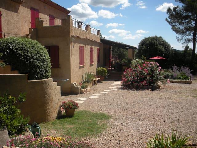 grand studio terrasse dans villa - Aups - Casa