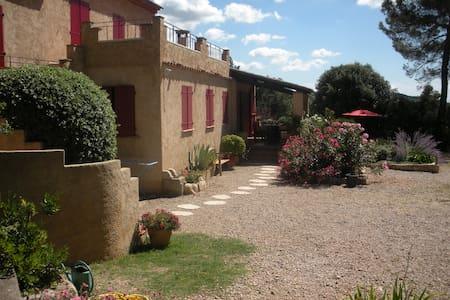 grand studio terrasse dans villa - Aups - Rumah