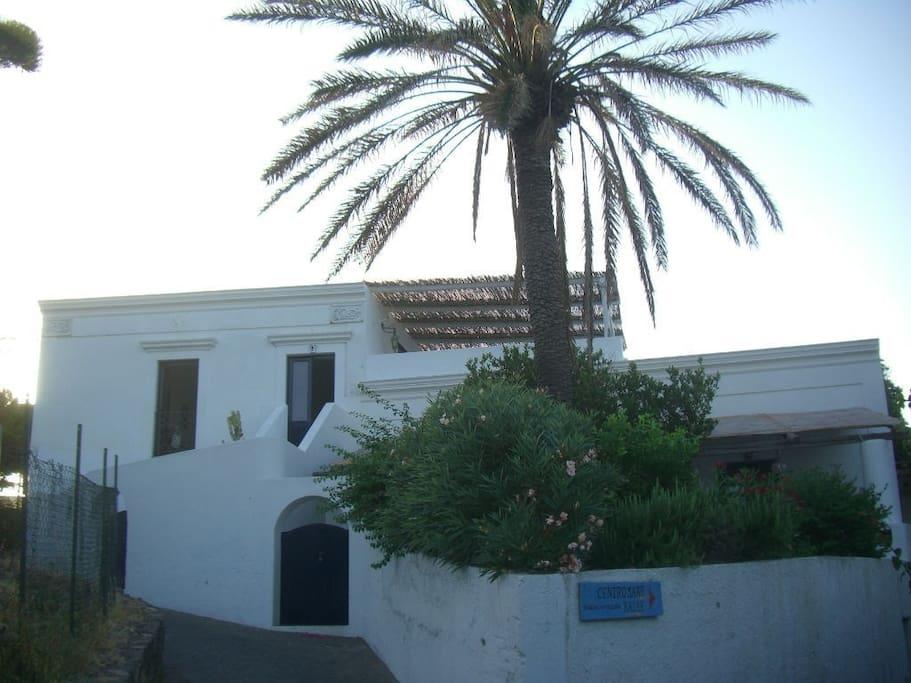 vista della casa dalla salita per Piscità.