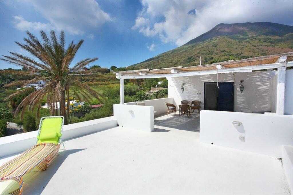 la terrazza al primo piano con vista sul vulcano.