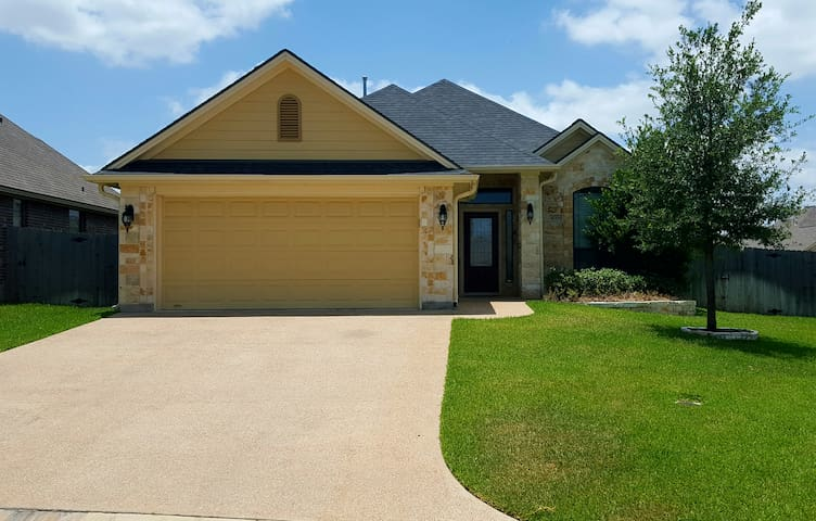 Elite Family Custom Home 5 Miles from Texas A&M - College Station - Casa