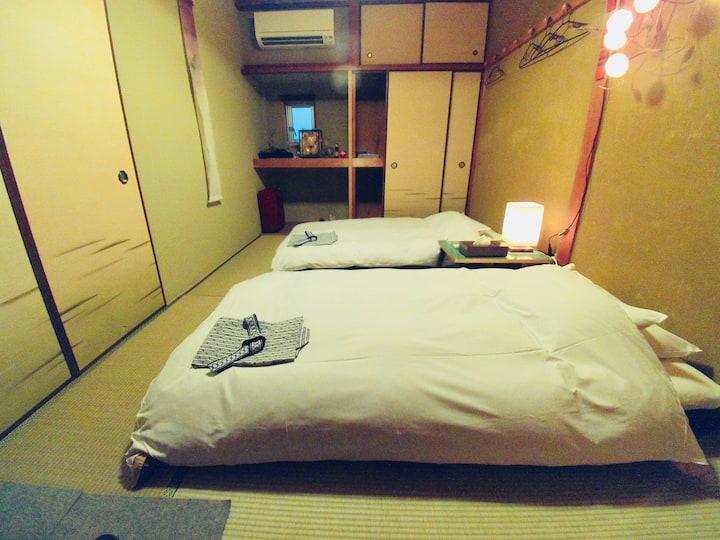 Tatami/Twin Futon bedding + Private shower/toilet