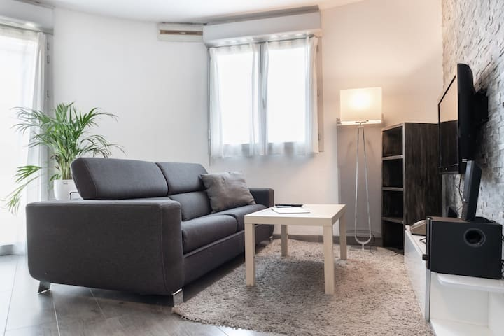 APARTMENT WITH BALCONY FOR 2 PEOPLE IN TOULOUSE - VIEW ON THE PYRENNEES
