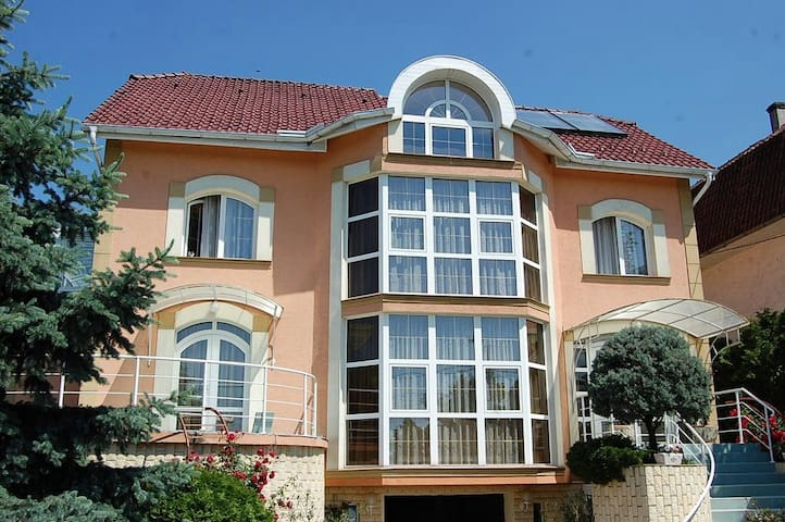 Mansion with 4 bedrooms,garden grill and waterfall - Oradea - Vila