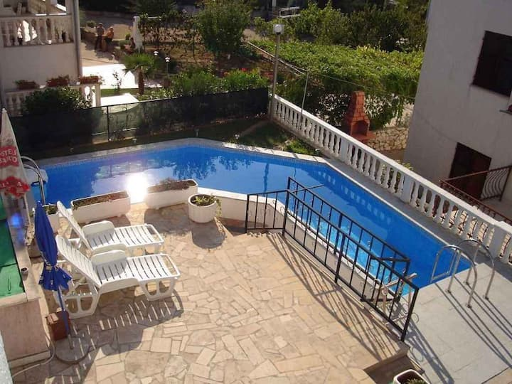 Apt for 2+2 pers with pool in Malinska R61938
