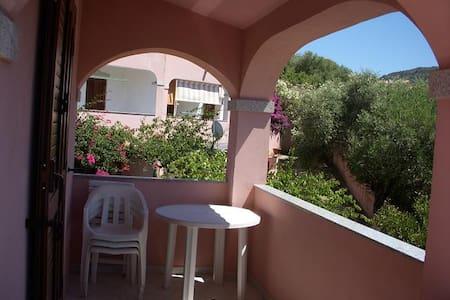 Budoni Mare - Appartamento con giardino - Tanaunella - Řadový dům