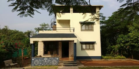 Peaceful villa an hour away from Mumbai.