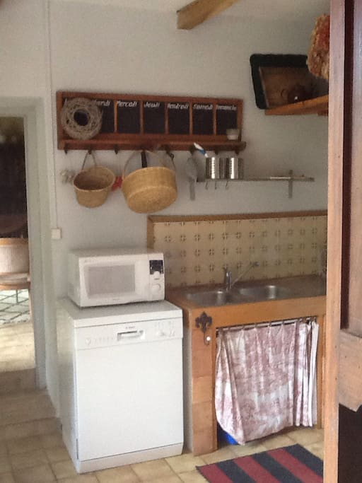 cuisine entièrement équipée, donnant sur une petite terrasse pour repas