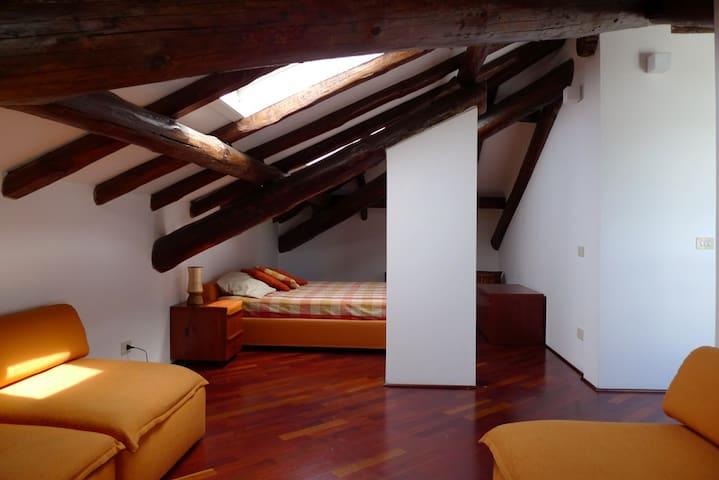 An Attic in a Villa by Lake Maggiore (Laveno) - Laveno-Mombello - 別荘