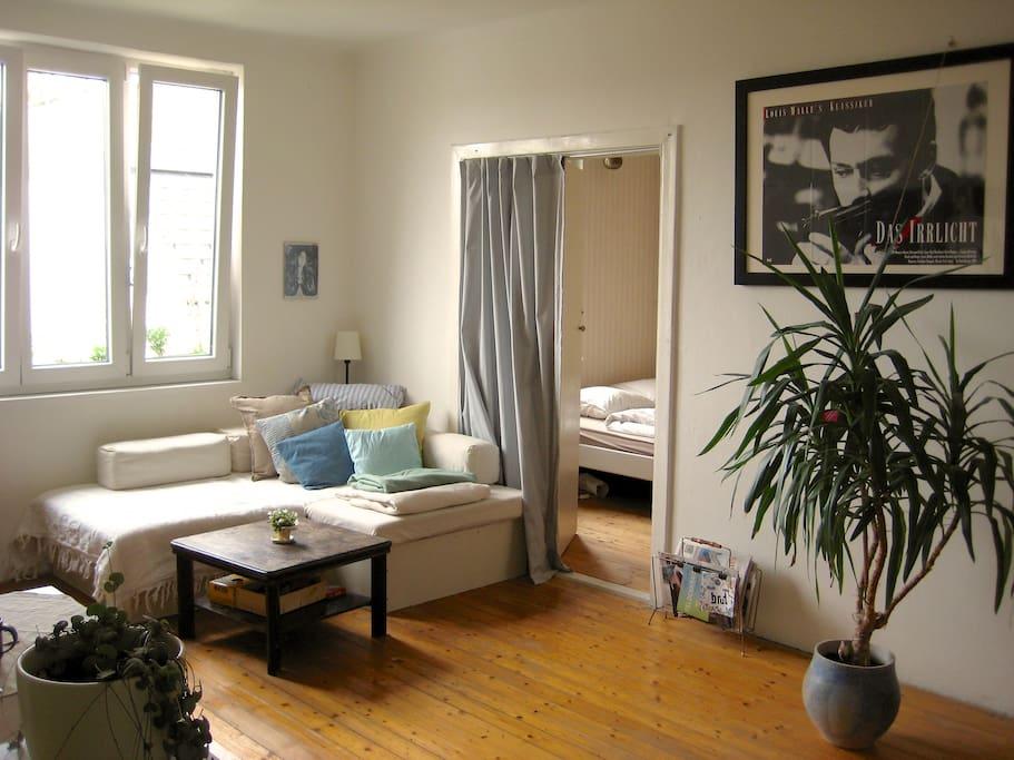 Wohnzimmer (mit Couch zum Schlafen)