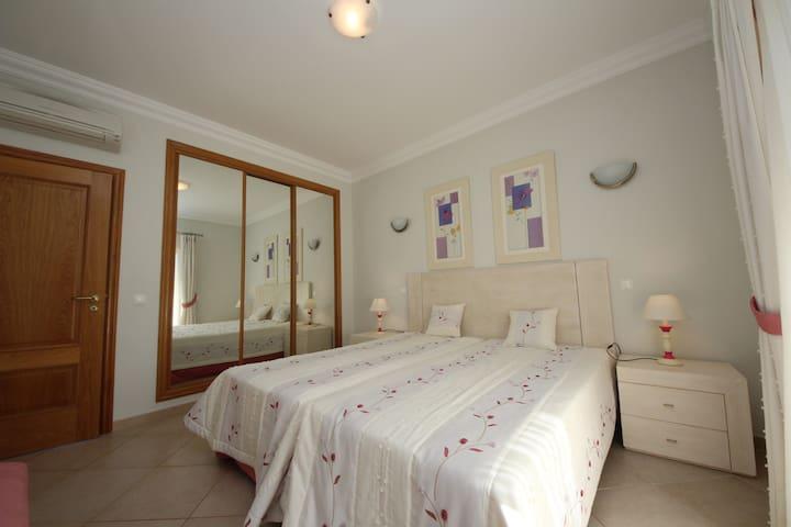 Espaçosos quartos com roupeiros embutidos