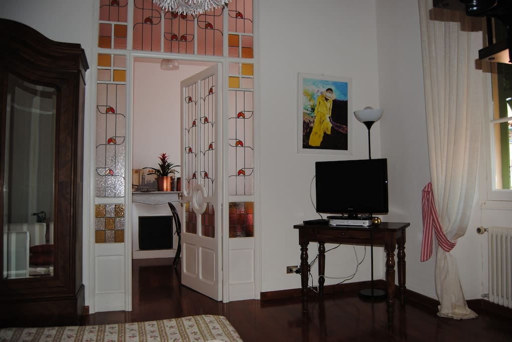 Angolo del soggiorno con ingresso alla cucina
