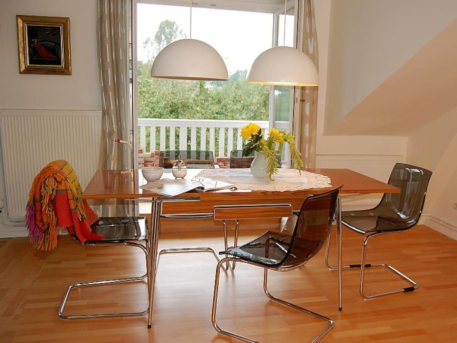 Am Esstisch können 6 Personen gemütlich zusammensitzen.