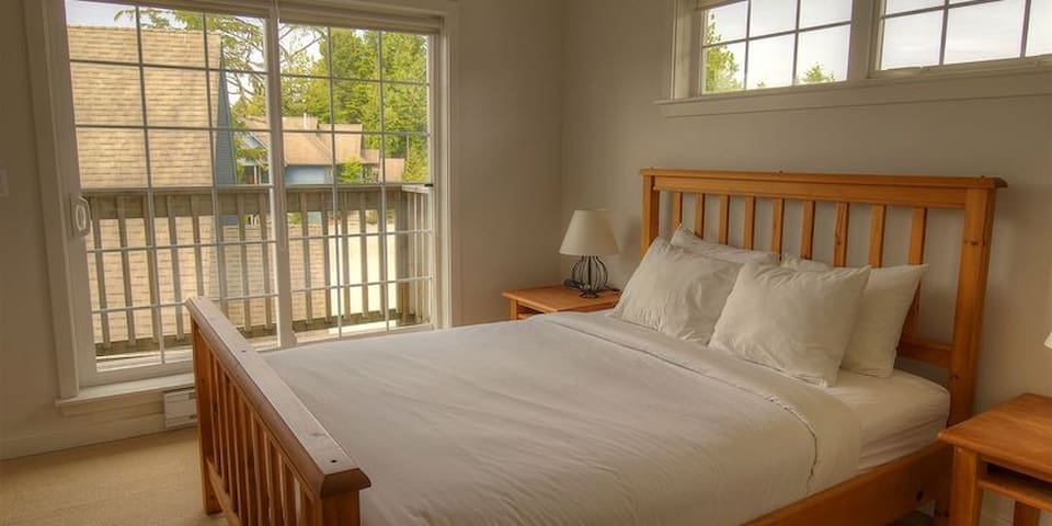 Queen Size Bed with Luxury Linens