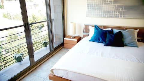 Sleek & Cozy Apartment with Pool & Patio In Abdoun