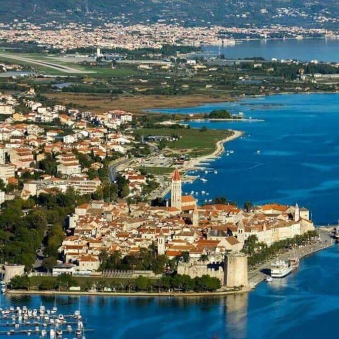 Das schöne Trogir unmittelbar in der Nähe.