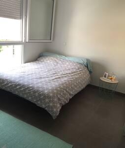 Belle chambre privée, salle de bain et terrasse - Apartment