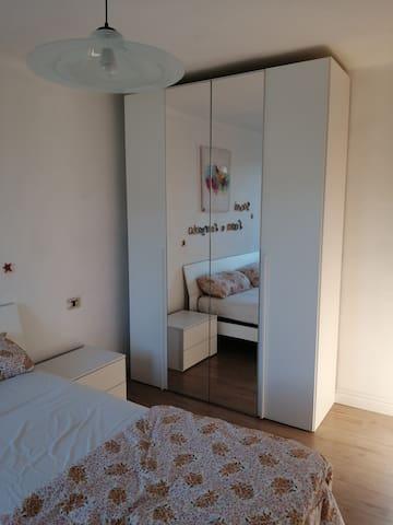 Camera da letto con letto matrimoniale sul secondo piano.  Sleeping room with double bed on the second floor