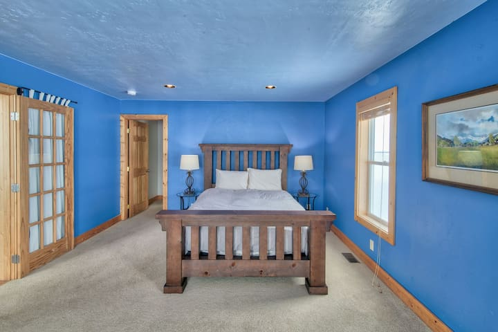 The large master bedroom offers a king size bed with an en suite bath.