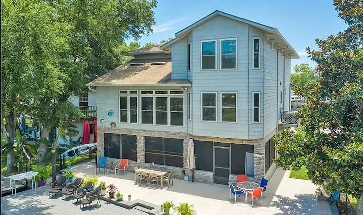 Luxury Home on The Weeki Wachee River!
