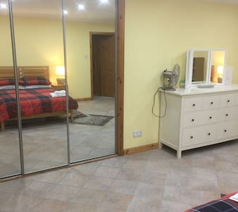Spacious, double bedroom with ensuite shower room. - Braehead - B&B