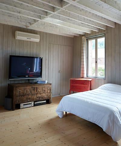 Chambre traversante avec télévision Double exposition Vallée et Jardin Aromathique