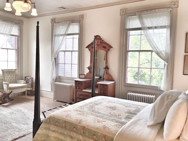 Queen Suite in Historic Mansion - Montgomery - Bed & Breakfast