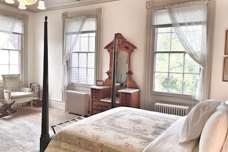 Queen Suite in Historic Mansion - Bed & Breakfast