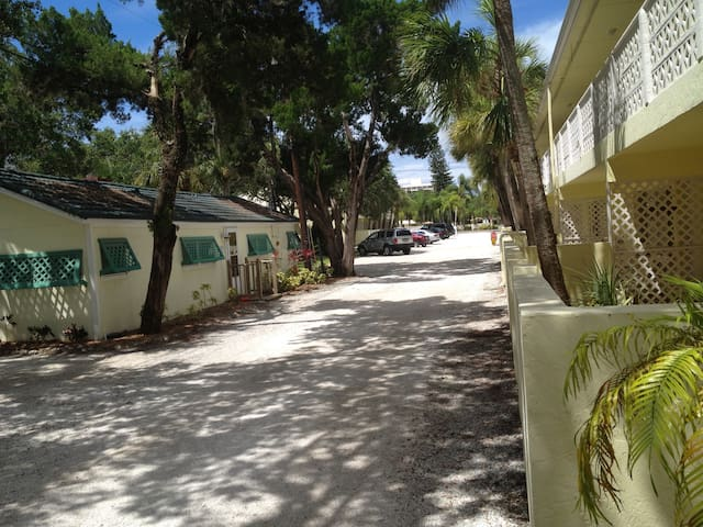 Sunspot Cottage your 2BR/2B Getaway - Siesta Key - Casa