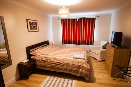 Quiet, kingsize bed, own bathroom, parking, wifi