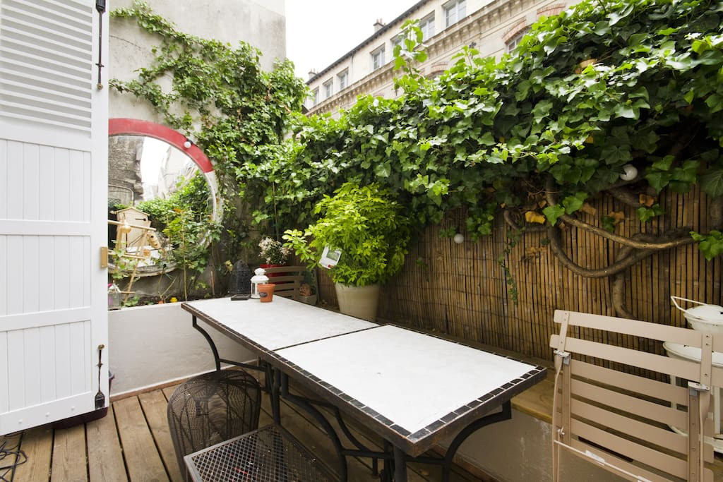 Terrasse gets full sun in summer and gives it an air of countryside right in the center of Paris!