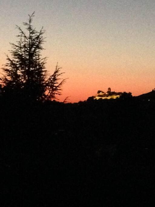 Ausblick bei Sonnenuntergang/Nacht auf beleuchtete Burg Langhans