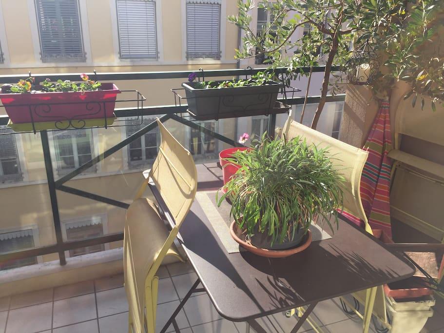 balcon bien ensoleillé, dont on peut profiter à la belle saison !