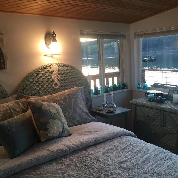 Queen size bed, small but cozy room with a wonderful view to wake up to!