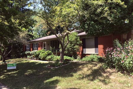 Enjoy this cozy home in Ann Arbor near downtown - Rumah