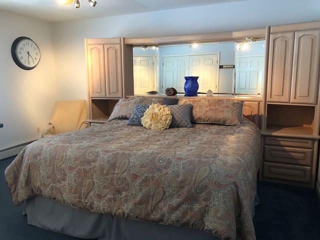 Beautiful Home, King Bed, Workspace, Large Room