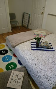 LARGE ROOM,FREE PARKING,3 min tube,shops,gym,banks - LONDON - Pis