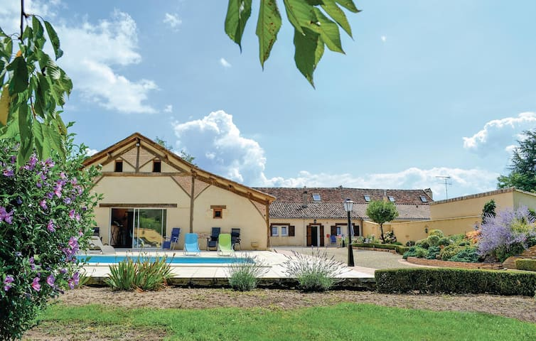 Holiday cottage with 3 bedrooms on 130 m² in St Pierre d'Eyraud