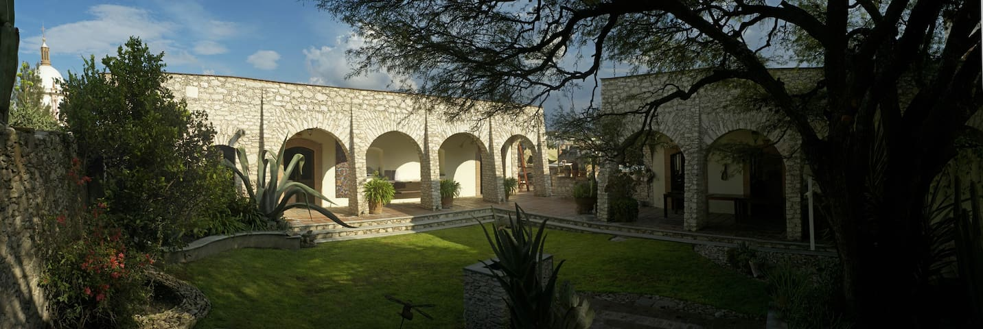 Artists' Home and Studio in Pozos - Mineral de Pozos - Haus