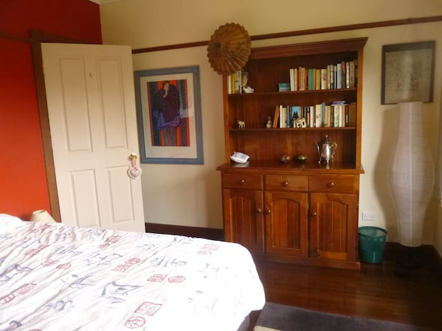 Cosy timber cottage near transport - North Ryde