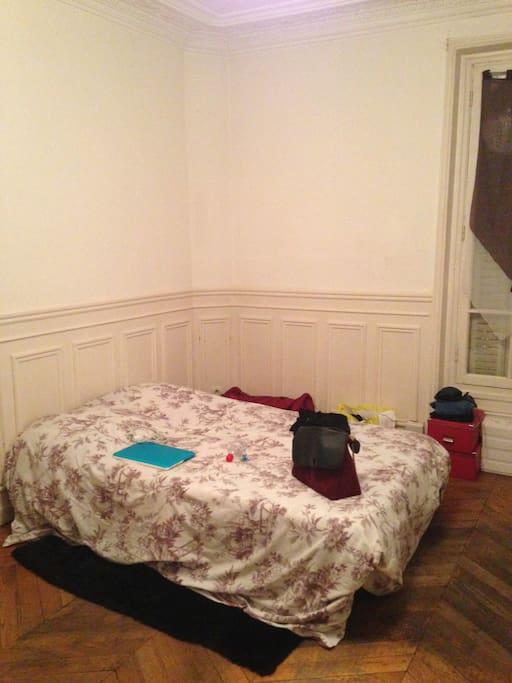 Ma chambre fait 23m2, très spacieuse. Le linge de lit sera fournit.